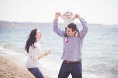 beach family fun happy having Στοκ εικόνα με δικαίωμα ελεύθερης χρήσης