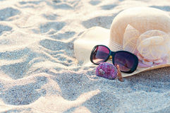 Beach hat and sunglasses Royalty Free Stock Photos