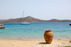 Beach of luxury hotel with yacht and amphora Stock Photography