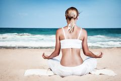 beach meditating woman Στοκ Φωτογραφίες