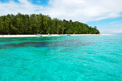 Beach with motor boats on turquoise water Royalty Free Stock Photos