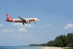 Beach near the airport, planes come in the land Stock Photography