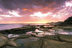 岩石和波浪在Beach国王, QLD 库存照片