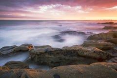岩石和波浪在Beach国王, QLD 免版税库存图片