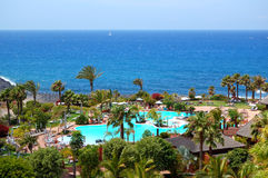 Beach and swimming pool at the luxury hotel Royalty Free Stock Photos