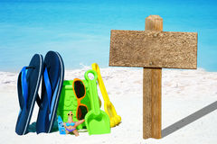 Beach toys and emty wooden signboard Royalty Free Stock Photos