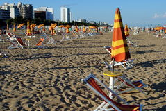 Beach umbrellas and sunbed Royalty Free Stock Photos