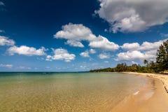 Beach under the blue sky Royalty Free Stock Photos