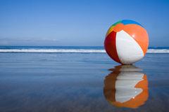 Beachball auf dem Strand Lizenzfreies Stockfoto