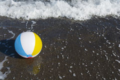 Beachball auf dem Strand Lizenzfreies Stockbild