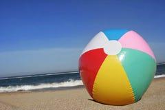 Beachball auf Strand Lizenzfreies Stockfoto