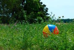 Beachball durchgebrannt in ein Feld lizenzfreie stockbilder