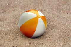 Beachball i sanden Royaltyfri Bild