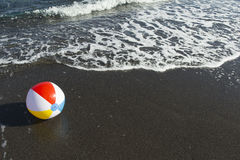 Beachball na praia Imagens de Stock Royalty Free