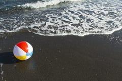 Beachball på stranden royaltyfria bilder
