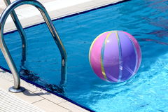 Beachball und Schwimmbad Stockfoto