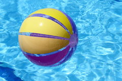 Beachball und Schwimmbad. Stockfotografie