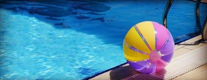 Beachball und Schwimmbad Stockfotografie