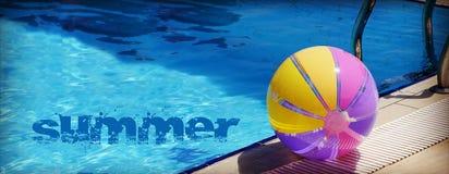 Beachball und Schwimmbad Stockbilder