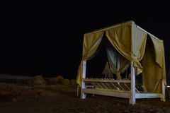 Beachbed vid natt arkivfoton