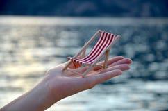Beachchair в руке Стоковые Фото
