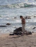 Beachcomb della donna sulla spiaggia di vetro immagini stock libere da diritti