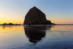 Beachcombers утесом стога сена в пляже карамболя стоковое фото rf