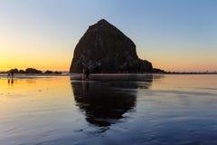 Beachcombers Haystack skałą w działo plaży zdjęcie royalty free
