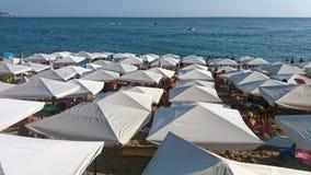 从beache的细节与白色伞 免版税库存图片