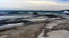 Beache y las ondas están desplazando a la orilla metrajes