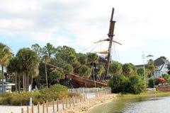 Beached piratkopierar skeppet på den Disney semesterorten Royaltyfri Foto