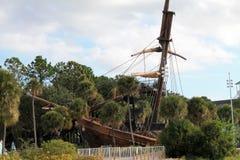 Beached piratkopierar skeppet på den Disney semesterorten Arkivbilder