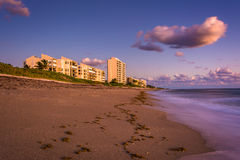 Beachfront condominiums and the Atlantic Ocean at Jupiter Island Royalty Free Stock Photography