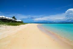 Beachfront fale plattelandshuisjes op tropische witte zandstrand en shallo stock foto