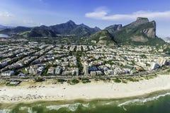 Beachfront flyg- sikt av Rio de Janeiro Barra Da Tijuca royaltyfri fotografi