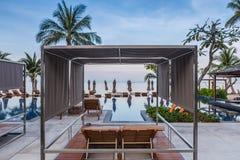 Beachfront poolsiderecliner arkivfoton