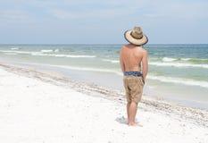Beachgoer por el petróleo en la playa de Pensacola Fotos de archivo libres de regalías