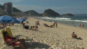 Beachgoers på copacabanastranden i rio arkivfilmer