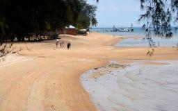 Beachgoers på den tropiska kampongen Tekek sätter på land den Tioman ön Malaysia Royaltyfria Bilder