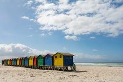 Beachhouses en la playa de Muizenberg, Cape Town, Suráfrica foto de archivo libre de regalías