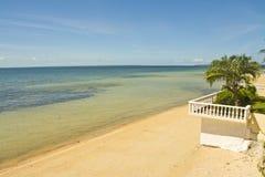 Beachline com céu azul foto de stock