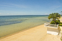 Beachline mit blauem Himmel stockfoto