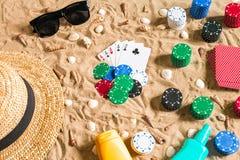 Beachpoker Microprocesadores y tarjetas en la arena Alrededor de las conchas marinas, de las gafas de sol y del sombrero Visión s Fotografía de archivo