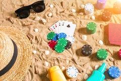 Beachpoker Microprocesadores y tarjetas en la arena Alrededor de las conchas marinas, de las gafas de sol y del sombrero Visión s Fotos de archivo