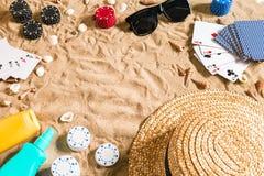 Beachpoker Microprocesadores y tarjetas en la arena Alrededor de las conchas marinas, de las gafas de sol y del sombrero Visión s Imágenes de archivo libres de regalías