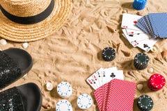 Beachpoker Microprocesadores y tarjetas en la arena Alrededor de las conchas marinas, del sombrero y de las chancletas Visión sup Fotos de archivo libres de regalías