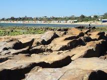 Beachrock lungo la spiaggia Fotografia Stock