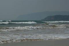 Beachscape -海、海滩&小山 免版税库存照片