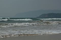 Beachscape - Meer, Strand u. Hügel lizenzfreie stockfotos