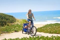 beachside cykelritt Arkivbilder